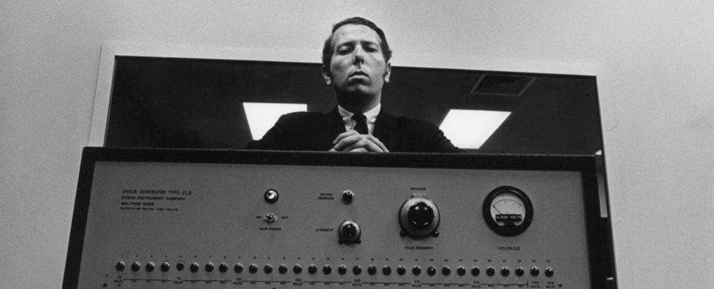 Milgram stoji i gleda dole