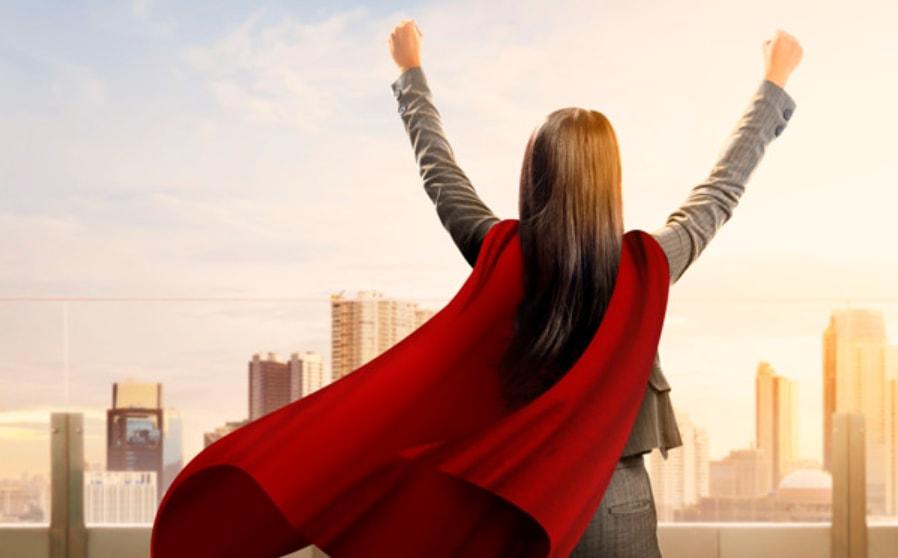 zena superheroj sa podignutim rukama