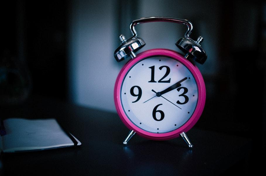 roze sat budilnik