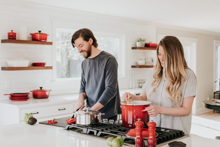 nasmejan par kuva u kuhinji