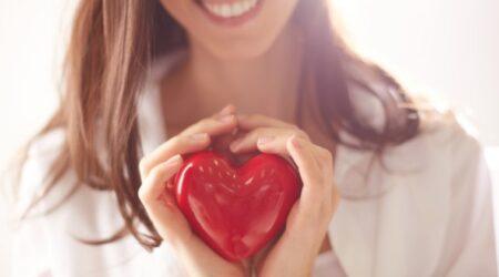 Devojka Sa Osmehom, Drzi Plasticno Srce U Rukama