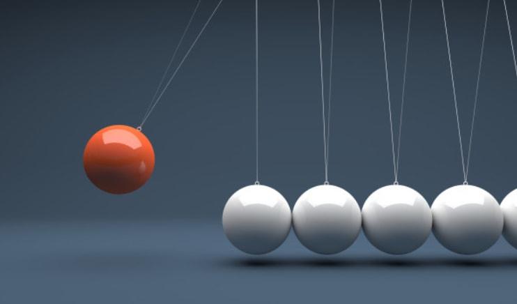 crvena kuglica u letu da udari u niz belih kuglica