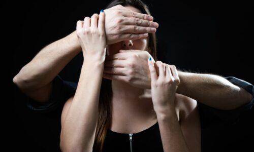 Muskarac Drzi Zeni Ruke Preko Ociju I Usta