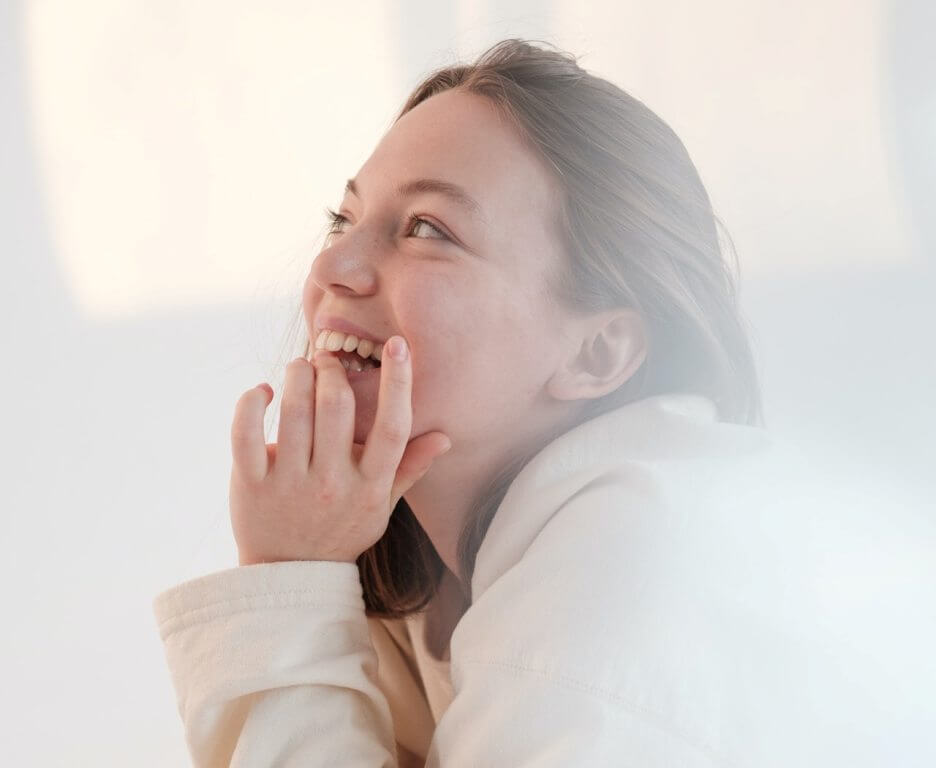 devojka-nasmejana-grickanje-noktiju