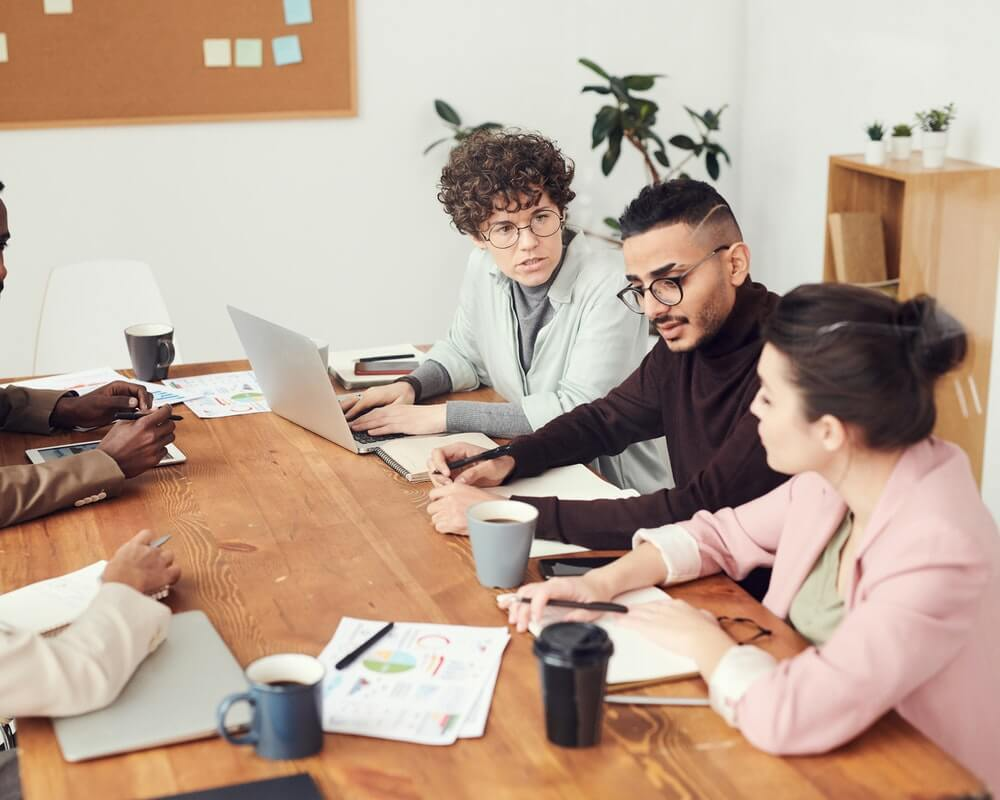 poslovni-ljudi-sastanak