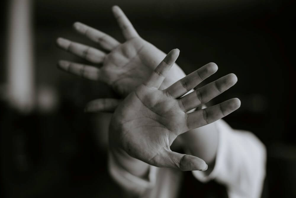 podignute-ruke-odbrana-strah